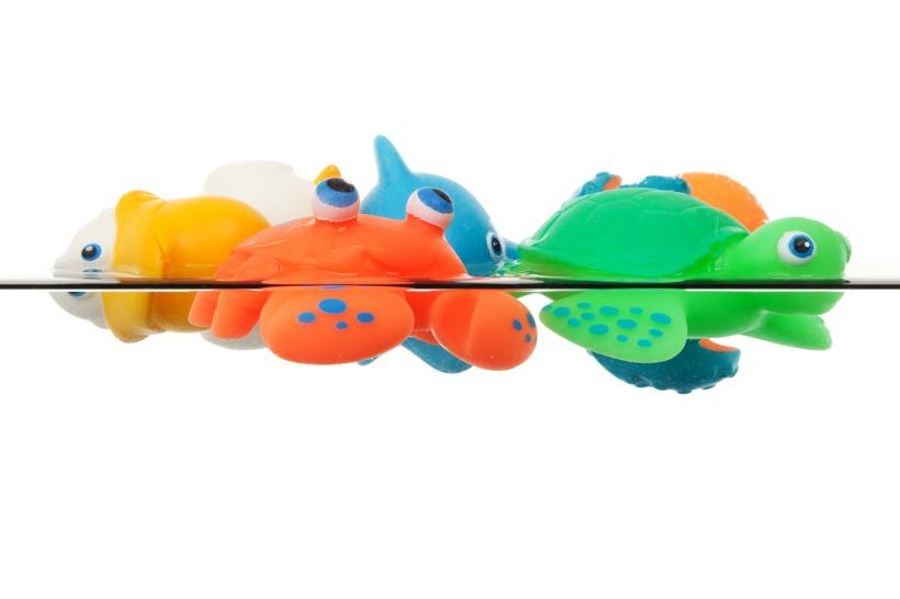 Jouets de bain en caoutchouc flottent dans l'eau.