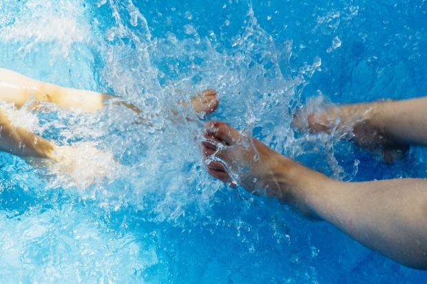 pieds dans la piscine